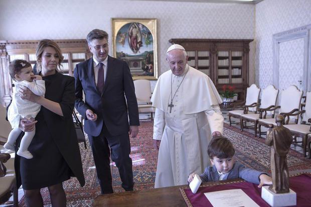 عکس/ بازیگوشی پسر خردسال رییس جمهور کرواسی در اتاق پاپ