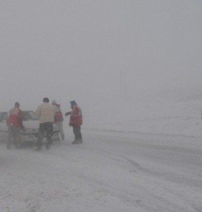 مه غلیظ در گردنه های شمالی استان زنجان دید رانندگان را کاهش داده است