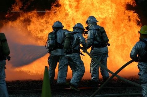 نجات 13 نفر از میان شعله های آتش