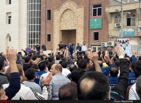 تجمع کارگران گروه ملی فولاد همچنان ادامه دارد  راهپیمایی در خیابان های اهواز