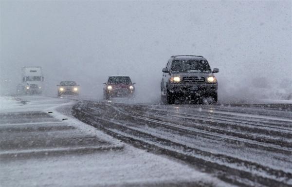 مسدود شدن محور هراز بر اثر بارش برف