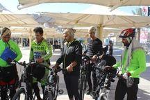 زائر توانخواه دوچرخه سوار به مرز مهران رسید
