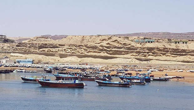 دریای عمان به نسبت مواج است