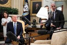 عکس/ وقتی خبرنگار می خواست چراغ مطالعه را روی ترامپ بیاندازد