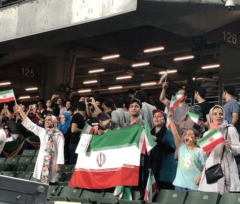 حضور کم تعداد هواداران ایرانی در ورزشگاه هنگ کنگ + عکس