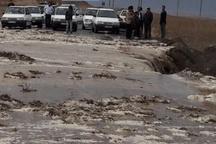 سیلاب یک راه روستایی در کلات را مسدود کرد