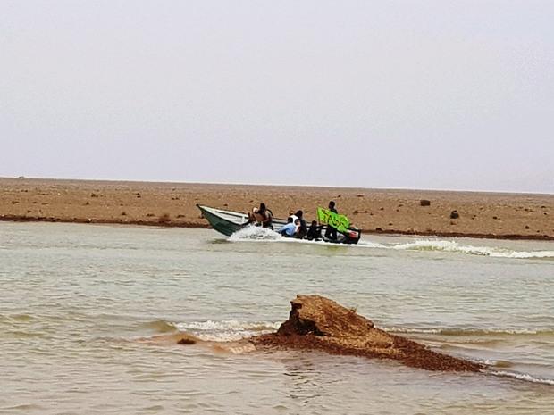 شهروندان مهریزی برای کمک به سیل زدگان، قایق سواری می کنند