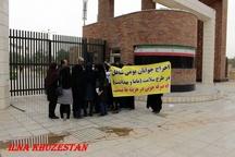 تجمع جمعی از تعدیل شدگان طرح سلامت مقابل استانداری خوزستان