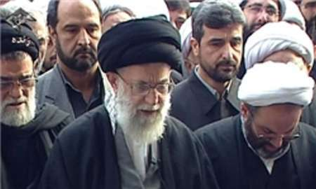 رهبر معظم انقلاب بر پیکر مرحوم آیت الله هاشمی رفسنجانی نماز میت اقامه می کنند