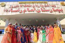وزیر بهداشت در کنار کودکان با لباس محلی