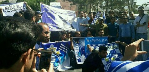 تصویری از تجمع ۲۲ هوادار استقلال مقابل وزارت ورزش و جوانان
