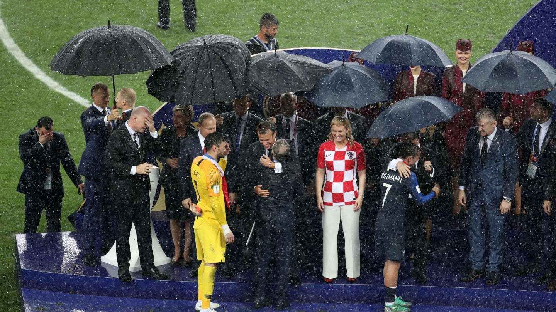 دزدی در فینال جام جهانی؟!/ زنی که مدال را در جیبش گذاشت +فیلم