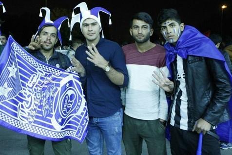 هواداران سرخابی ها مقابل ورزشگاه آزادی در شب پیش از دربی+ تصاویر