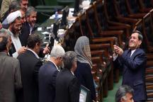 عکس یادگاری موگرینی با تعدادی از نمایندگان مجلس
