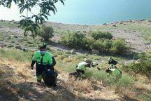 دوستداران محیط زیست حاشیه سد مهاباد را پاکسازی کردند