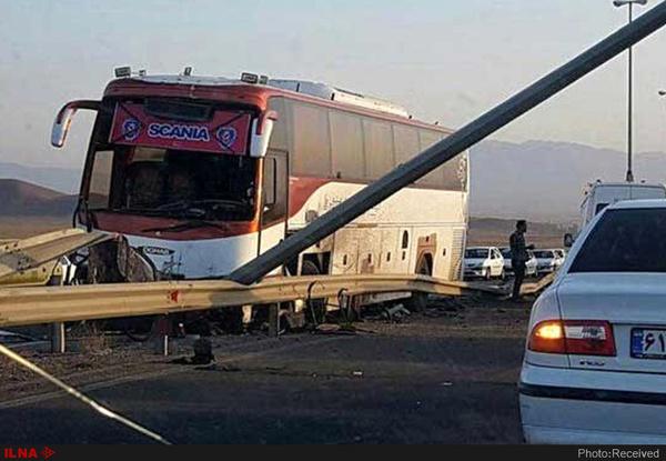 13 مصدوم در برخورد اتوبوس با تریلر