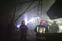 تلاش آتشنشانان برای لکهگیری و جلوگیری از حوادث بعدی در بازار تبریز