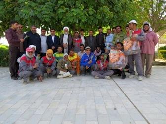 اهدا شاخه گل و تقدیر از کارگران خدمات شهری اشکنان و اهل