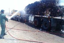 یک تریلی باری در اردستان دچار آتشسوزی شد