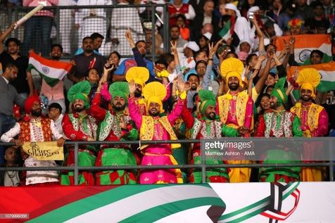 تصاویری جالب از حضور تماشاگران هندی با لباس سنتی در امارات