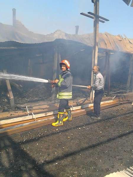 آتش سوزی انبار چوب ملایر مهار شد  استقرار نیروهای آتش نشانی در محل
