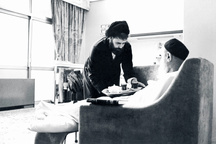 تصویری از حضور پروانه وار حاج سید احمد در کنار امام
