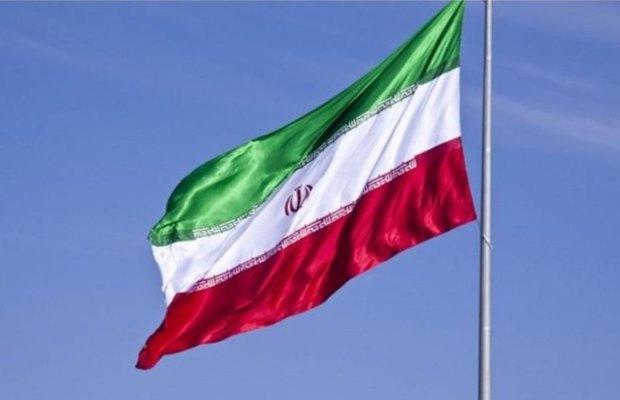 پرچم ایران بر روی 'رزم ناو سهند' به اهتزاز در می آید