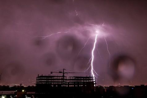 تصاویر جالبی از رعد و برق شب گذشته در تهران