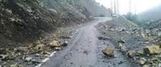 برخورد سنگ با یک خودروی سواری در جاده کرج - چالوس
