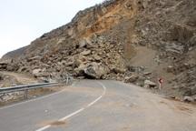 ریزش کوه جاده گرمدره – قراقوش شهرستان سامان را مسدود کرد
