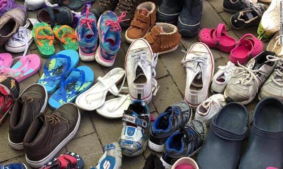 اعتراض به ترامپ با کفش های بچه گانه+ تصاویر