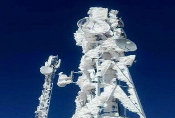 تصویری عجیب از یخ بستن دکل پیست اسکی
