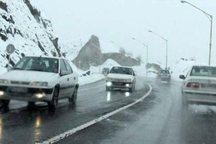 بارش برف سبب کندی تردد خودروها در جاده کرج - چالوس شد