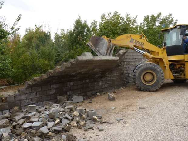 بناهای غیر مجاز در اراضی و باغ های سپیدان تخریب شد