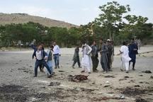 تصویر دلخراش پرتاب سنگ به سوی جنازه یکی از مهاجمان حمله امروز کابل (۱۶+)