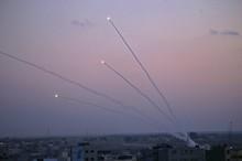 موشک باران سرزمین های اشغالی توسط مقاومت در نوار غزه/ شلیک 200 موشک به شهرک های یهودی نشین/ اصابت موشک به اتوبوس حامل نظامیان اسرائیلی+فیلم