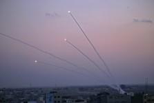 موشک باران سرزمین های اشغالی توسط مقاومت در نوار غزه/ شلیک 200 موشک به شهرک های یهودی نشین/ اصابت موشک به اتوبوس حامل نظامیان اسرائیلی