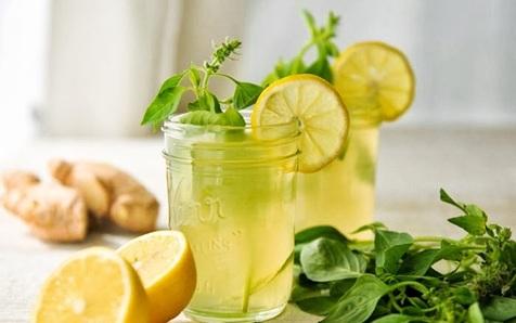 صبح، آب گرم با آب لیموی تازه بنوشید