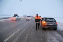 برف روبی و نمک پاشی 700 کیلومتر از جادههای استان  تردد روان خودروها در محورهای استان