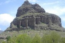 قلعه ضحاک استوار بر فراز ارتفاعات سهند