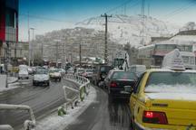بارش برف و باران تردد در خیابانهای پاوه را با مشکل مواجه کرد