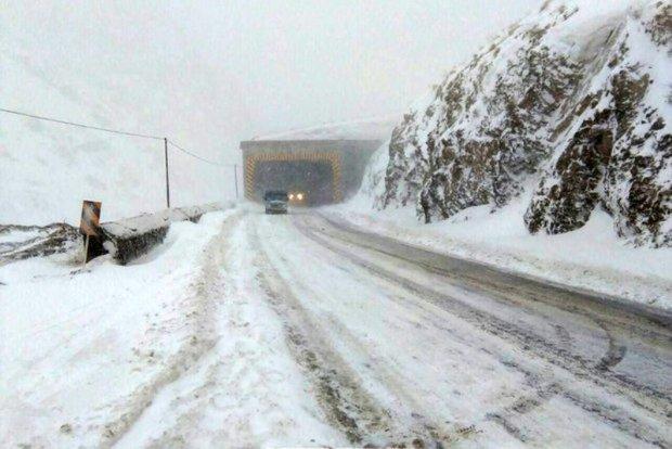 آغاز بارش برف در جاده های مازندران ؛ رانندگان احتیاط کنند