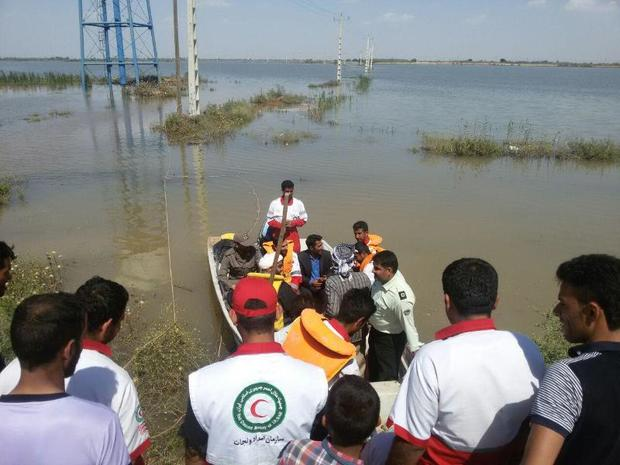امدادرسانی با قایق به روستای دریسیه شادگان در حال انجام است