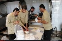 طبخ، آماده سازی و ارسال غذای گرم برای سیل زدگان خوزستانی توسط کارکنان منطقه ویژه اقتصادی پتروشیمی
