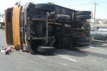 واژگونی کامیون حامل آب معدنی در نهاوند یک کشته بر جا گذاشت
