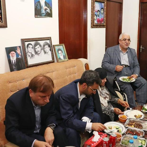 وزیر ارتباطات به منزل مادر سه شهید دعوت شد + عکس