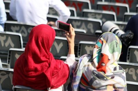 حضور دو خانم ناشناس در تمرین تیم ملی + عکس