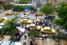تاکسی داران بوکانی برای تحقق مطالبه های صنفی خود تجمع کردند