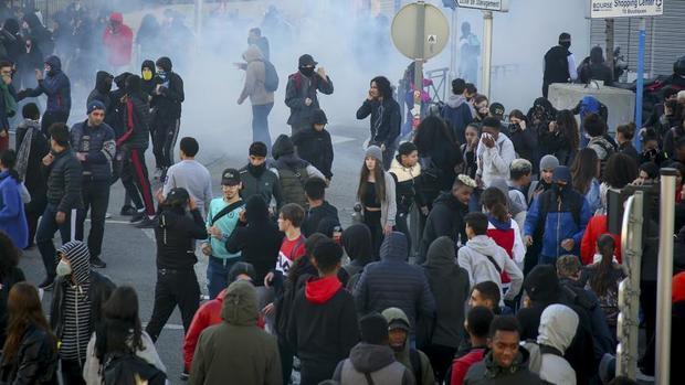 خشم مردم فرانسه به دلیل بازداشت خشونت بار دانش آموزان+عکس