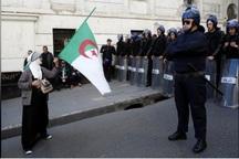 تظاهرات میلیونی الجزایری ها در پایتخت و حمله پلیس ضد شورش به آنها+عکس